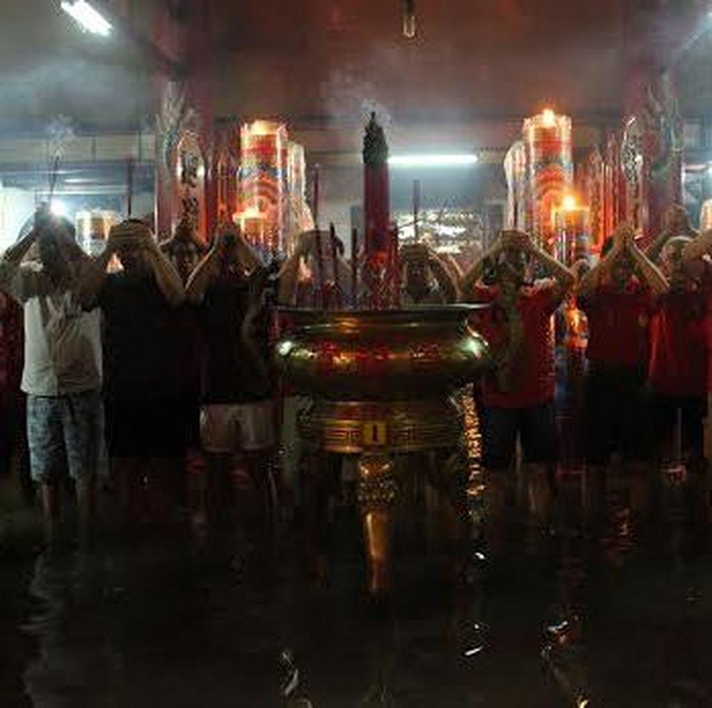 Banjir, Klenteng Tjong Hok Kiong Tetap Dijubeli Warga yang Sembahyang