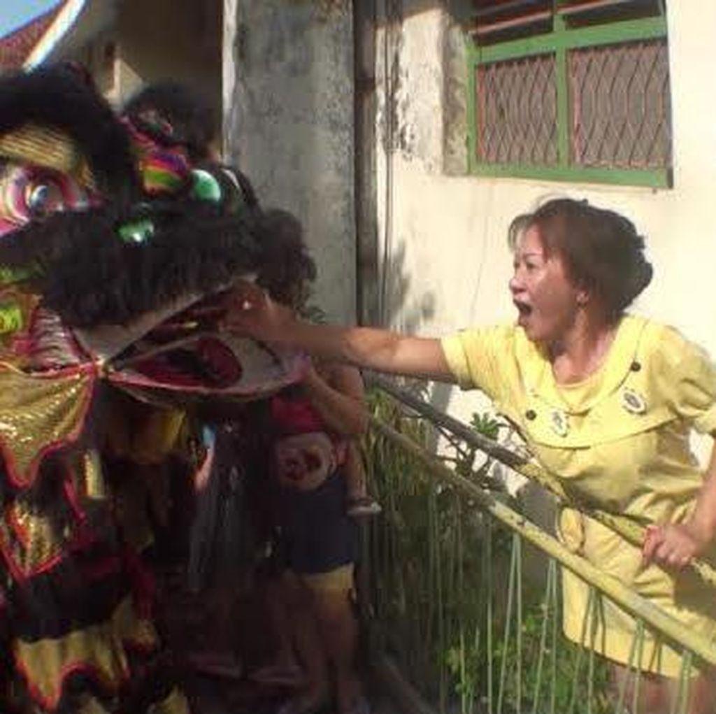 Di Kampung Tambak Bayan ini Barongsai Ambil Angpao di Pintu Rumah Warga