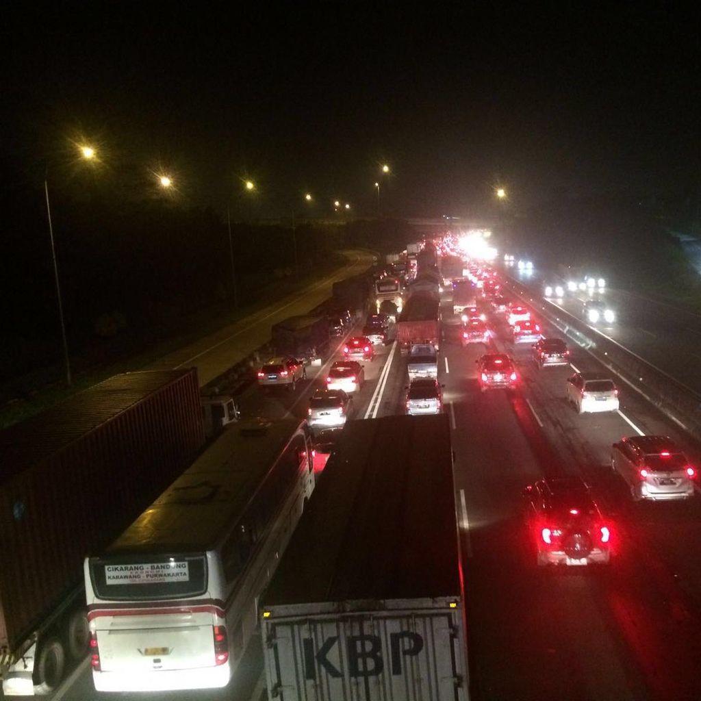 Kepadatan di Rest Area, Tol Cikampek Arah Jakarta Masih Macet