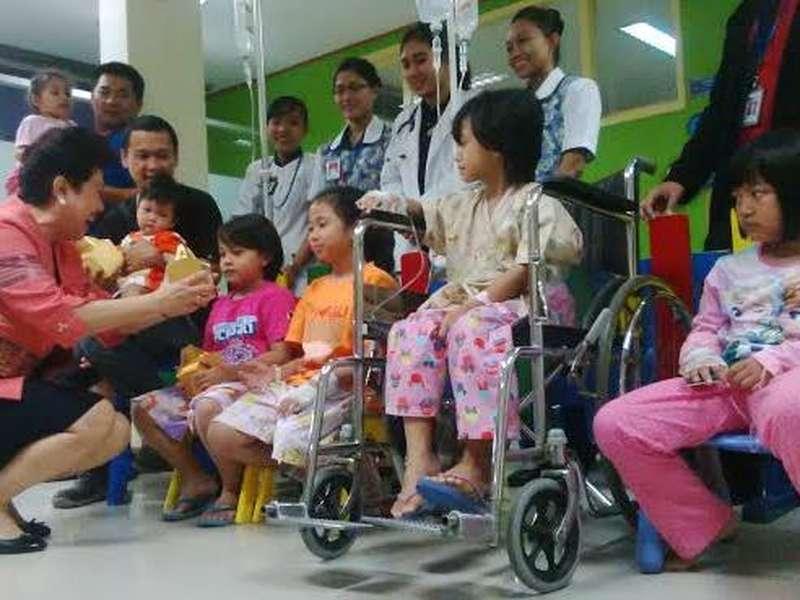 Siloam Surabaya Sambut Imlek dengan Berbagi Bingkisan ke Pasien