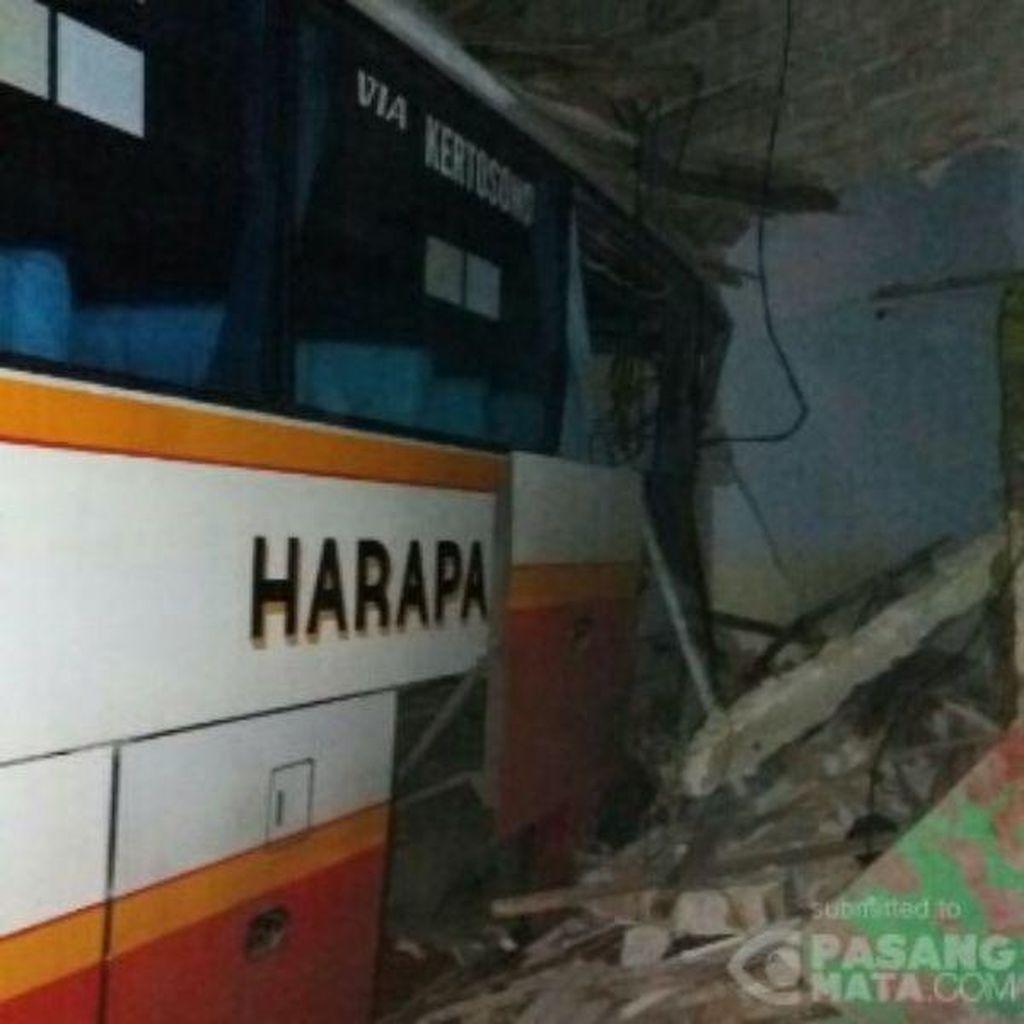 Bus PO Jaya Nyungsep Tabrak Rumah Warga di Kediri
