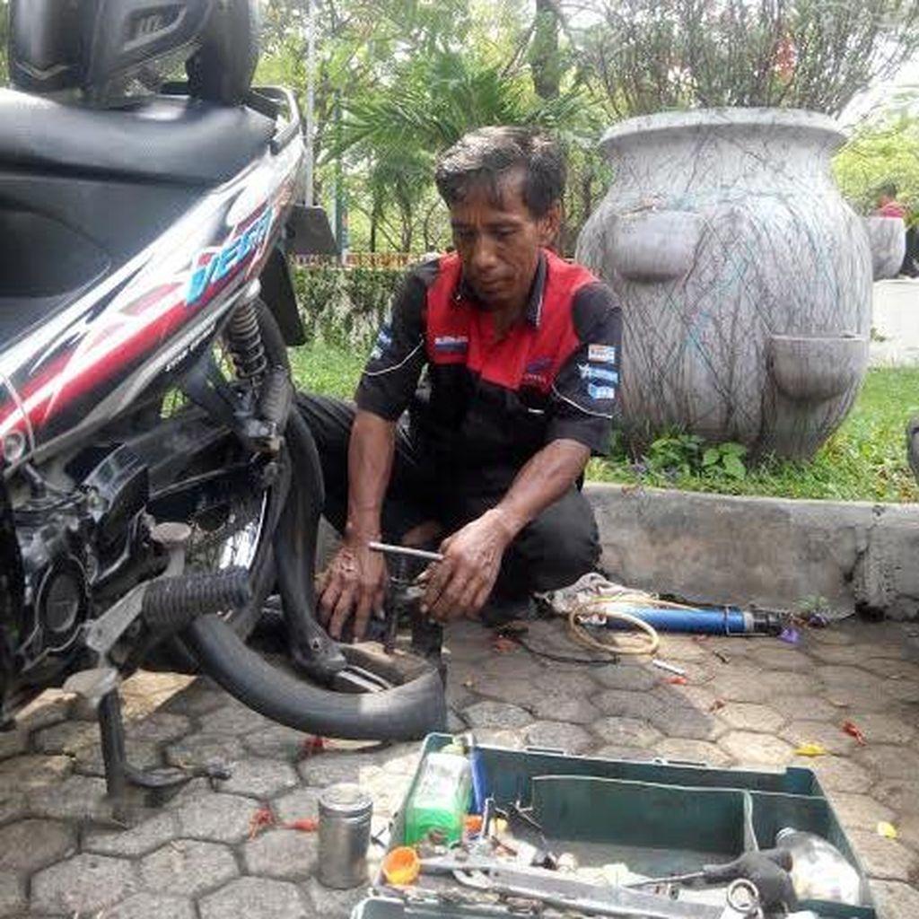 Cerita Wawan, Tukang Tambal Ban Keliling yang Mengais Rezeki di Jakarta