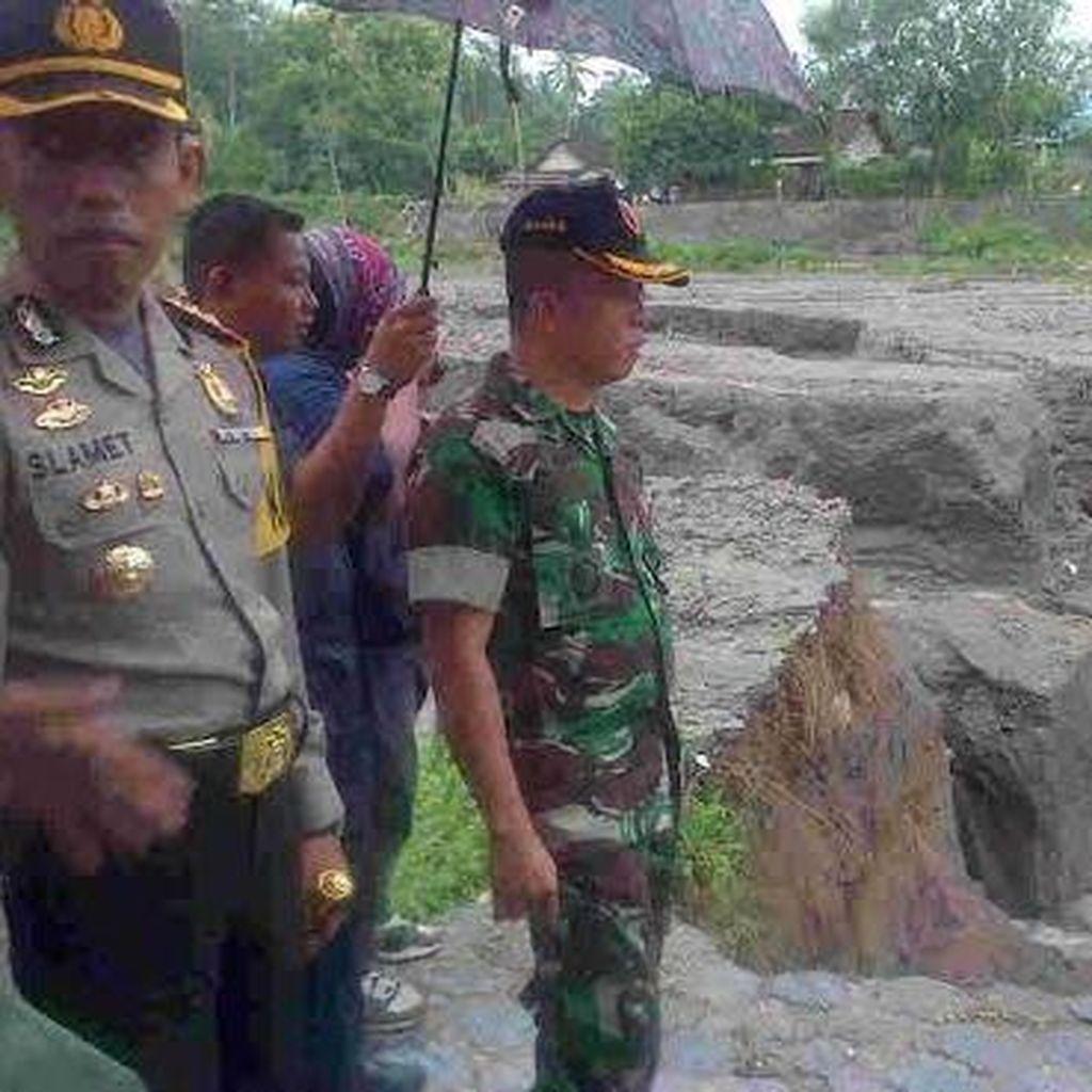 Diterjang Banjir Bercampur Lumpur, Jembatan di Kali Semut Blitar Jebol