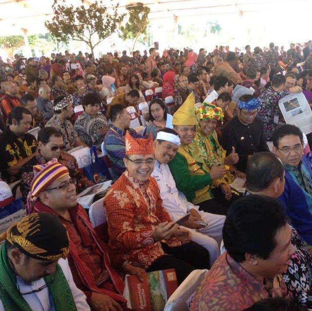 Gaya Santai para Bupati dan Wali Kota Berselfie Ria Sambil Tunggu Jokowi di Lombok