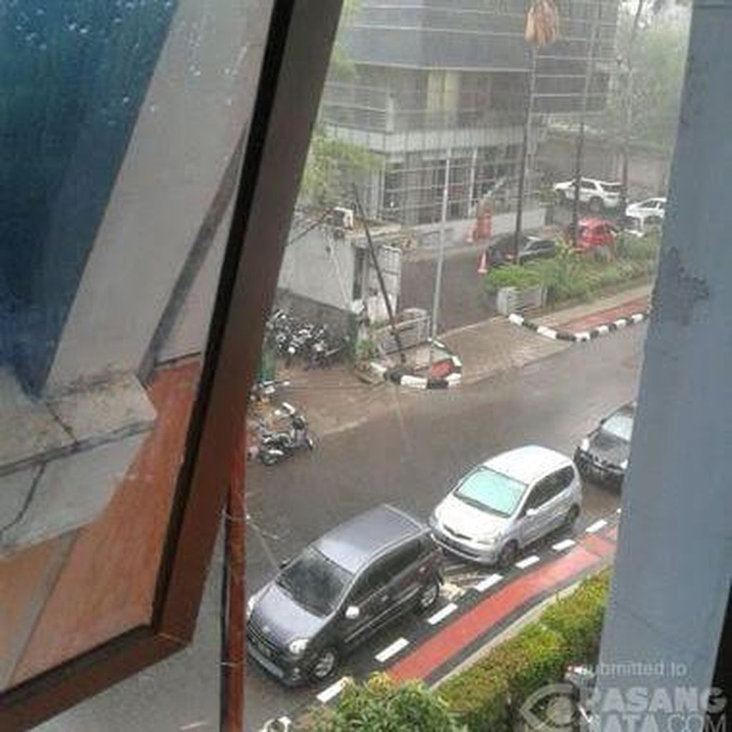 Suasana Saat Hujan Mengguyur Sejumlah Ruas Jalan di Jakarta