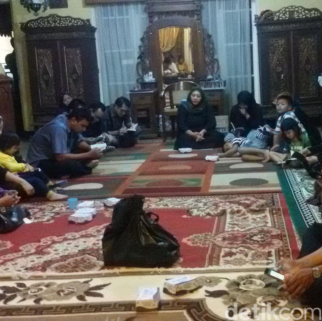 Puluhan Warga Ikuti Yasinan di Rumah Duka Mayor Pnb Ivy di Yogya