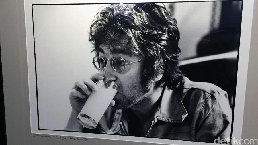 Kemeja dengan Noda Darah John Lennon Terjual Rp 544,7 Juta