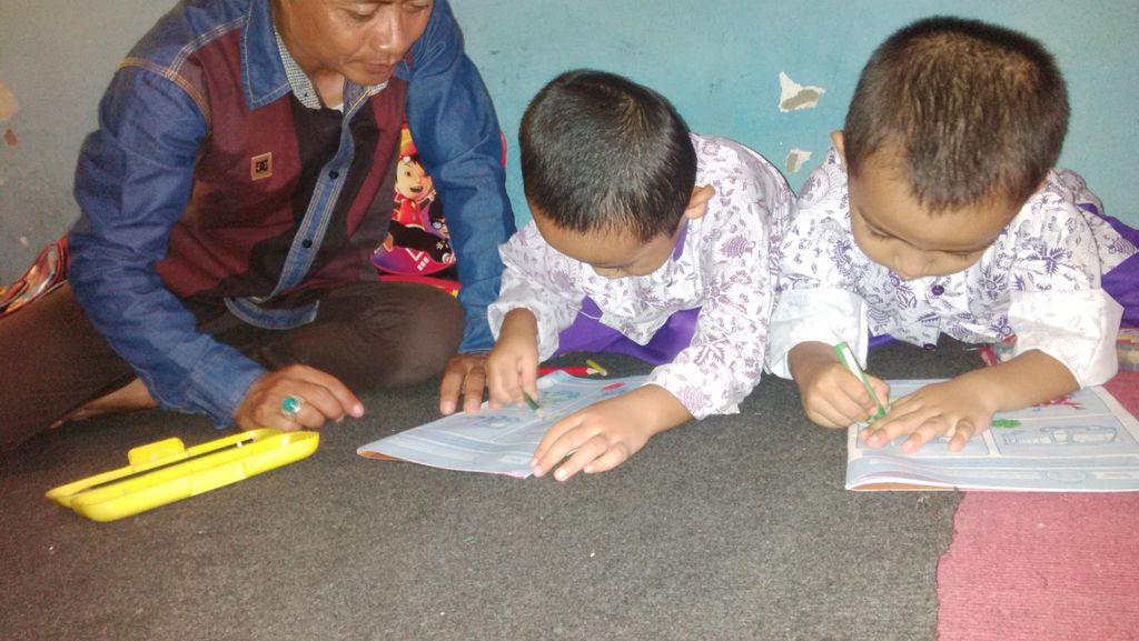 Guru di Sekolah Gratis Kang Jack pun Rela Tidak Dibayar