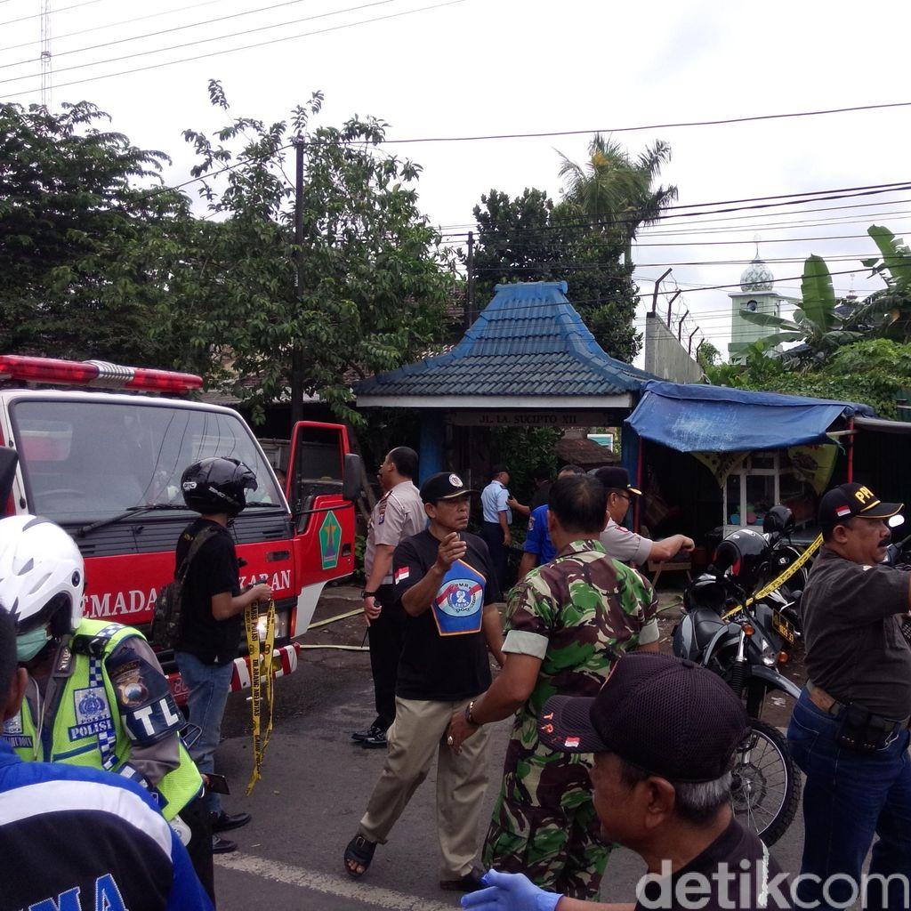 Pesawat Latih Jatuh di Malang, Ambulans Bawa Kantong Jenazah ke Lokasi