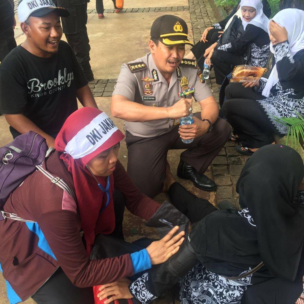 Seorang Tenaga Honorer yang Demo di Istana Sempat Dibawa ke RS Karena Maag
