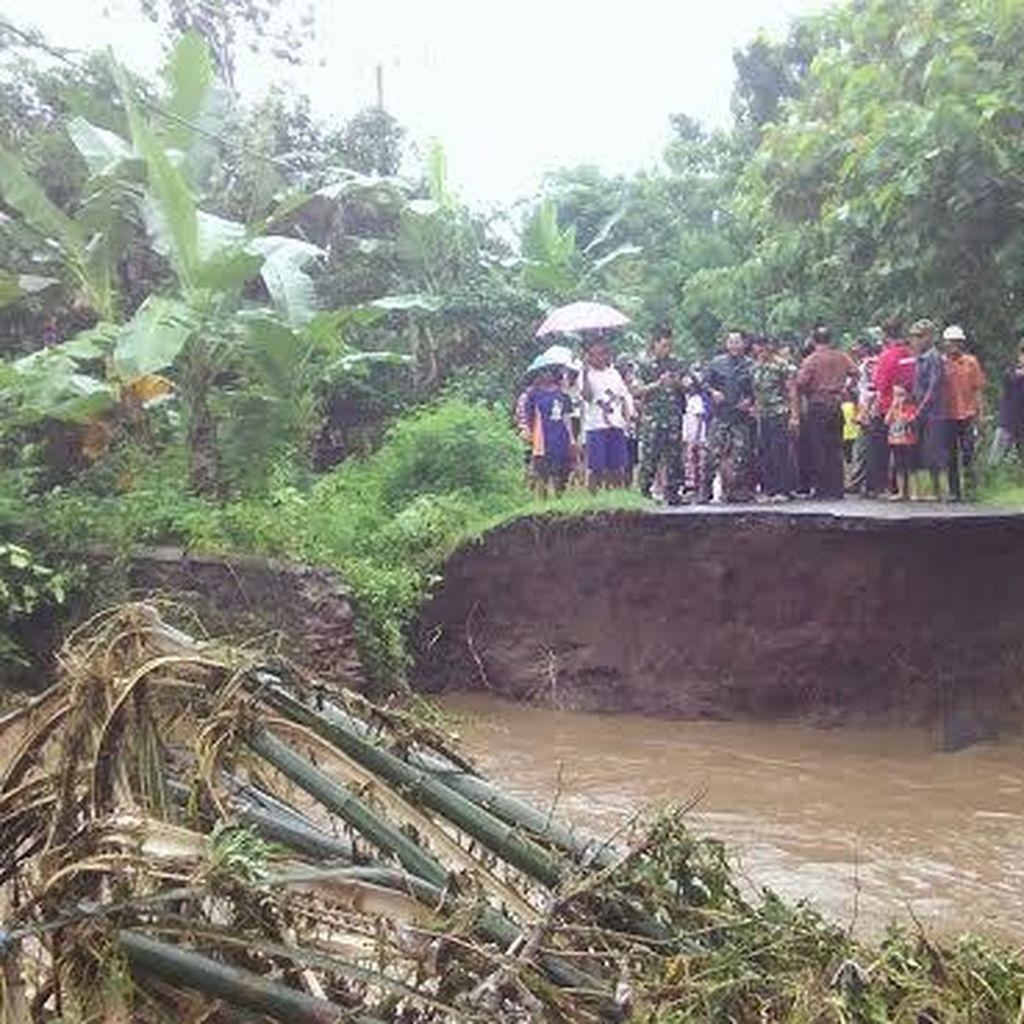 Jalan Penghubung Kecamatan di Ponorogo Putus Diterjang Banjir
