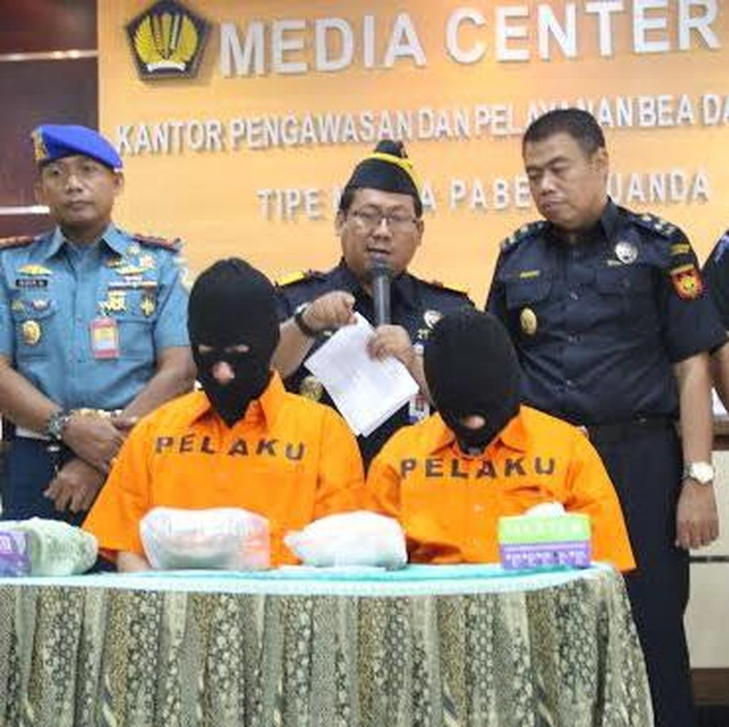Sembunyikan Sabu di Kaki, Dua Penumpang AirAsia Diamankan
