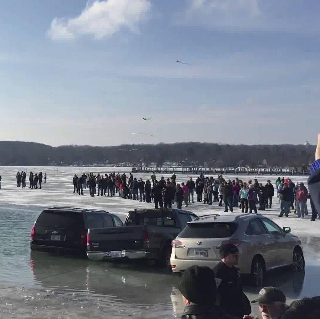 Diparkir di Danau Es, Belasan Mobil Terjebak Setelah Es Mencair
