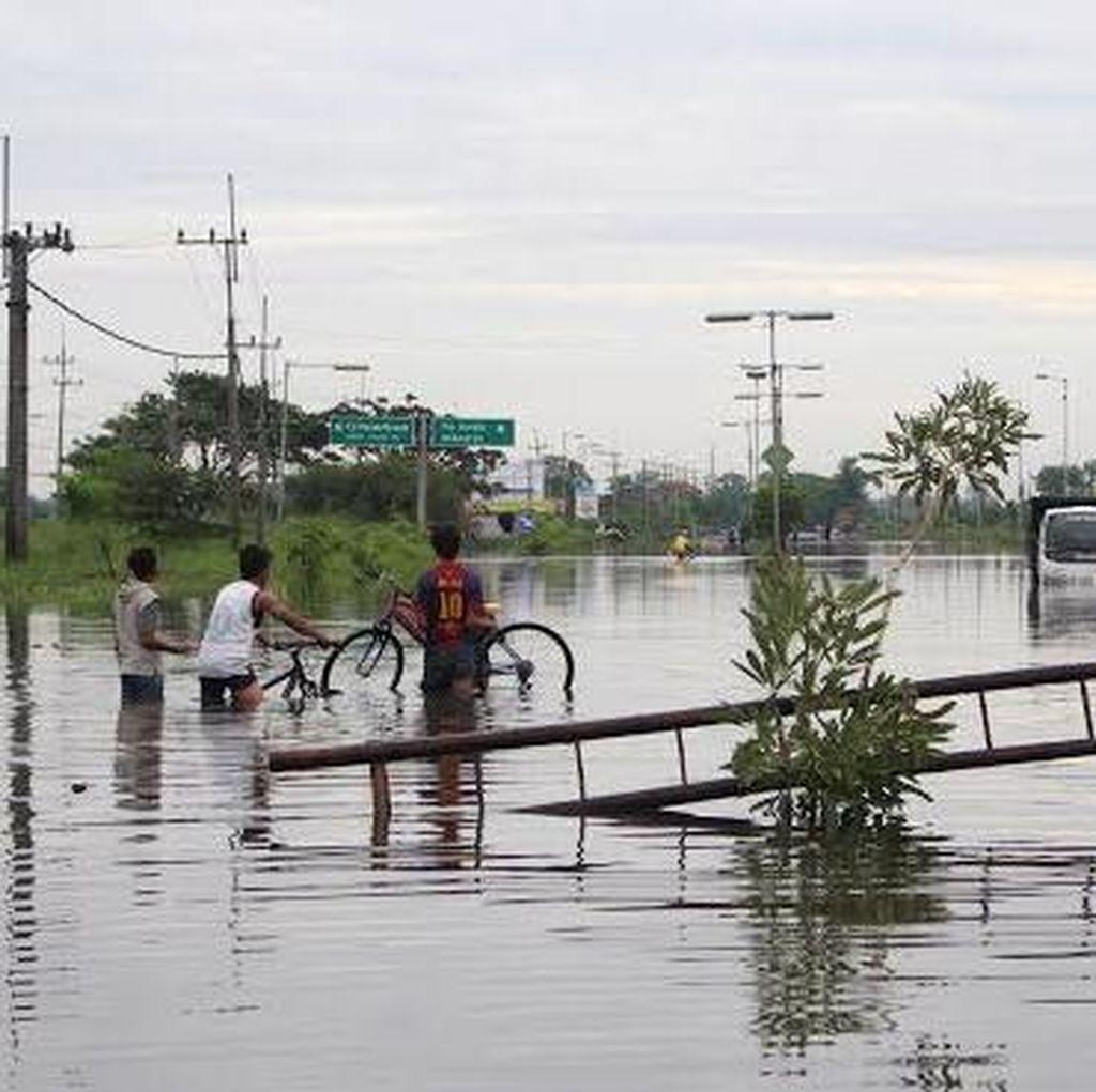 Raya Porong Banjir Setinggi 65 Cm, Banyak Kendaraan Mogok