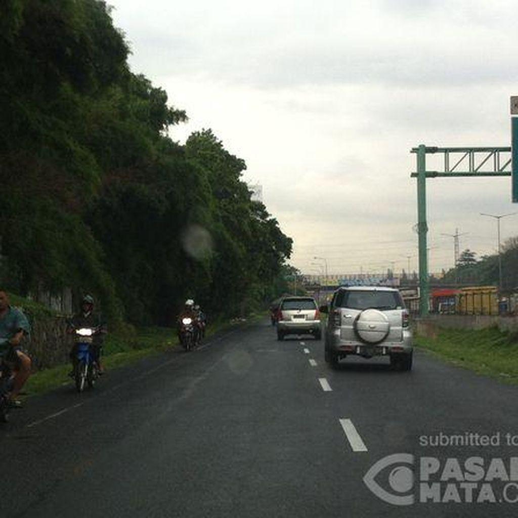 Awas! Banyak Pemotor yang Suka Lawan Arus di Exit Tol Pondok Gede Timur