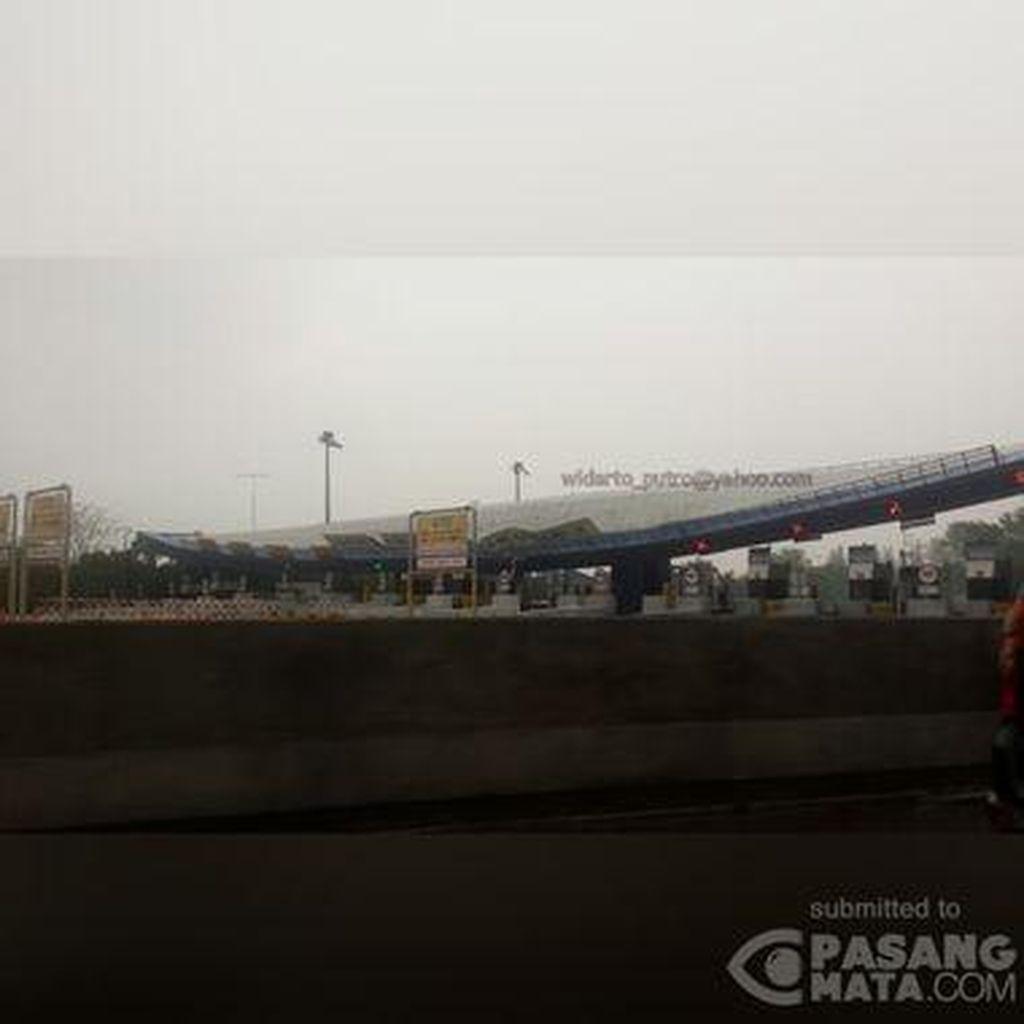 Gerbang Tol Cikunir 2 yang Roboh Masih Ditutup, Kendaraan Dialihkan via Halim
