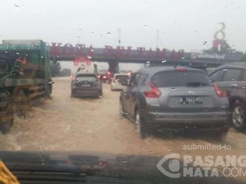 Laju Kendaraan di Km 62 Tol Cikampek di Bawah 30 Km per Jam