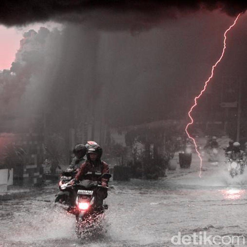 Perumahan di Jatiasih, Bekasi Mulai Tergenang Usai Diguyur Hujan Lebat