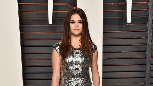 Tidak Seksi, Selena Gomez Lebih Tertutup di Pesta Oscar Vanity Fair 2016