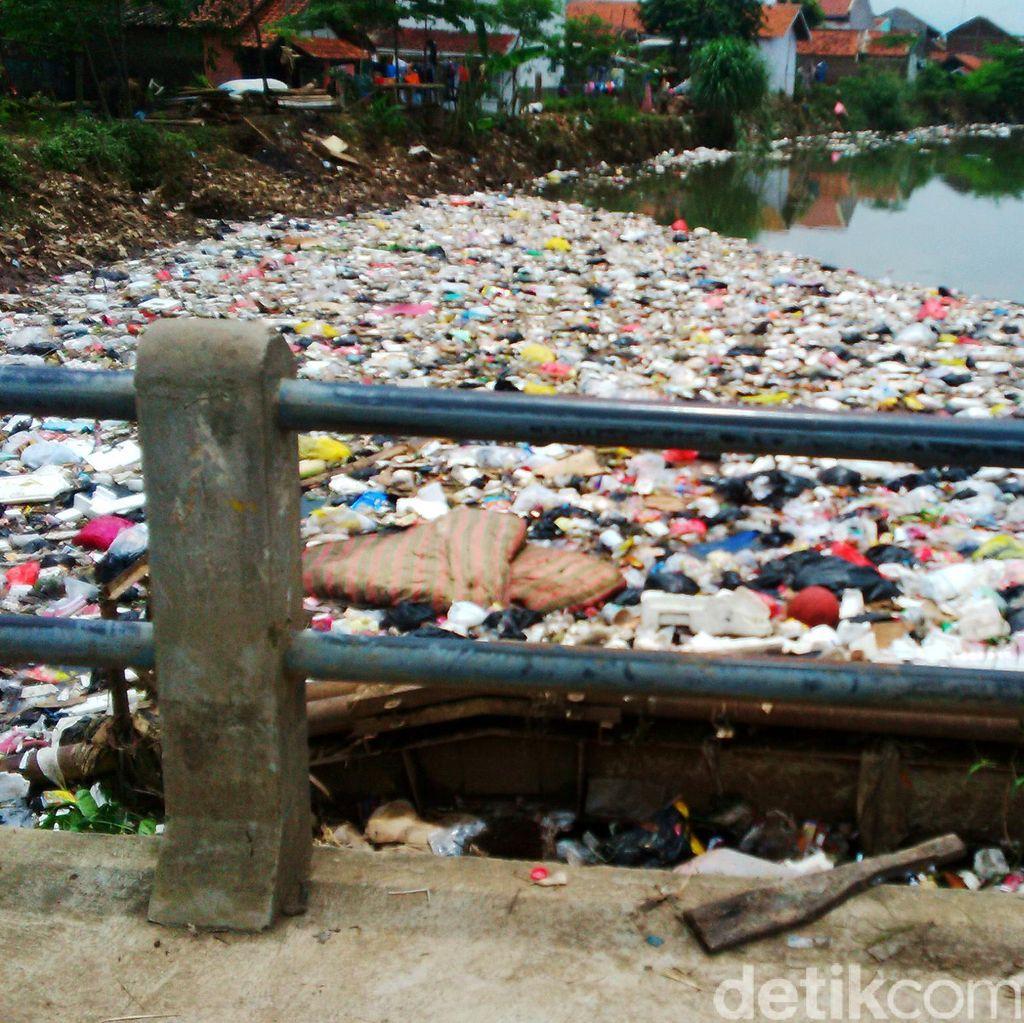 Sampah di Sungai Cikapundung Kampung Cijagra Kembali Menumpuk