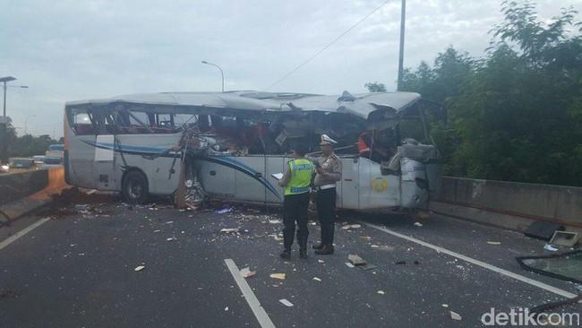 Image of Kecelakaan Antara Truk Vs Bus Damri di Tol Pluit, 3 Korban Luka Dibawa ke RS Atma Jaya