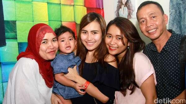 Happy Family! Bahagianya Ayu Ting Ting Bersama Keluarga