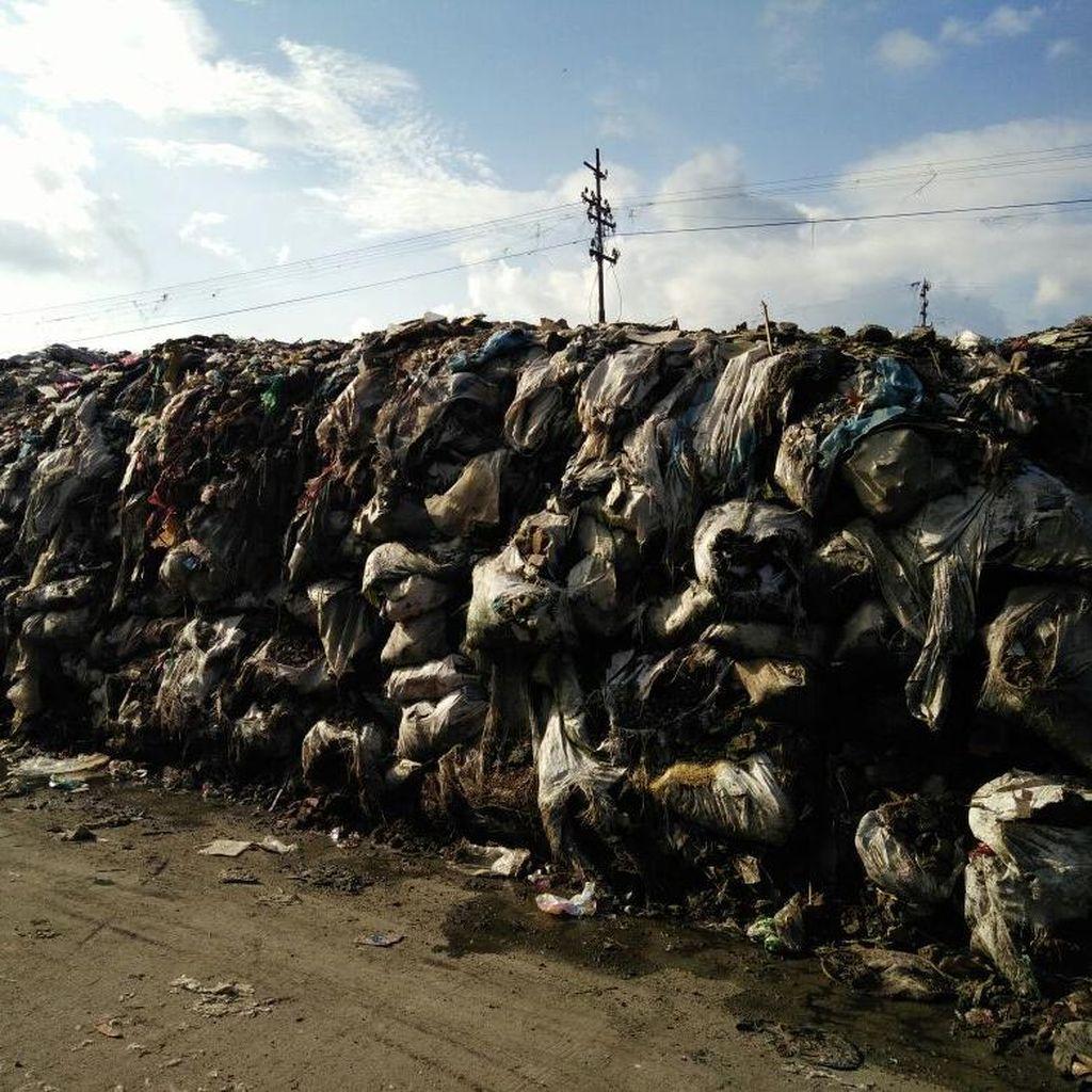 Gunungan Sampah di Pasar Ciroyom, Ridwan Kamil Targetkan 8 Minggu Bersih
