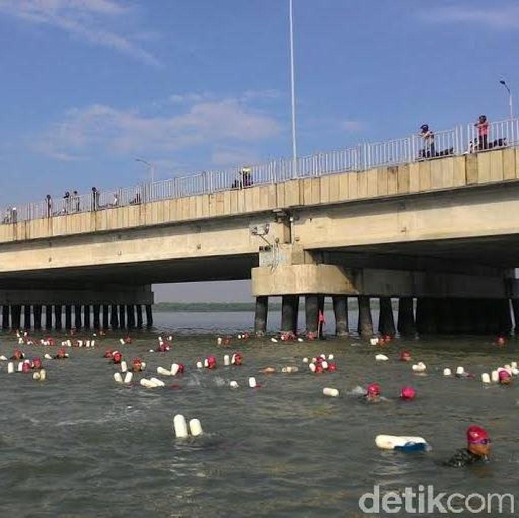 2.016 Prajurit Marinir Pecahkan Rekor MURI Berenang Lintasi Selat Madura