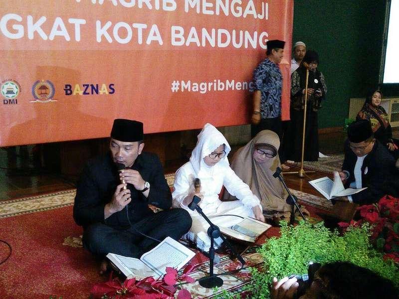Luncurkan Gerakan Magrib Mengaji, Ridwan Kamil Mengaji Bareng Putri Bungsunya
