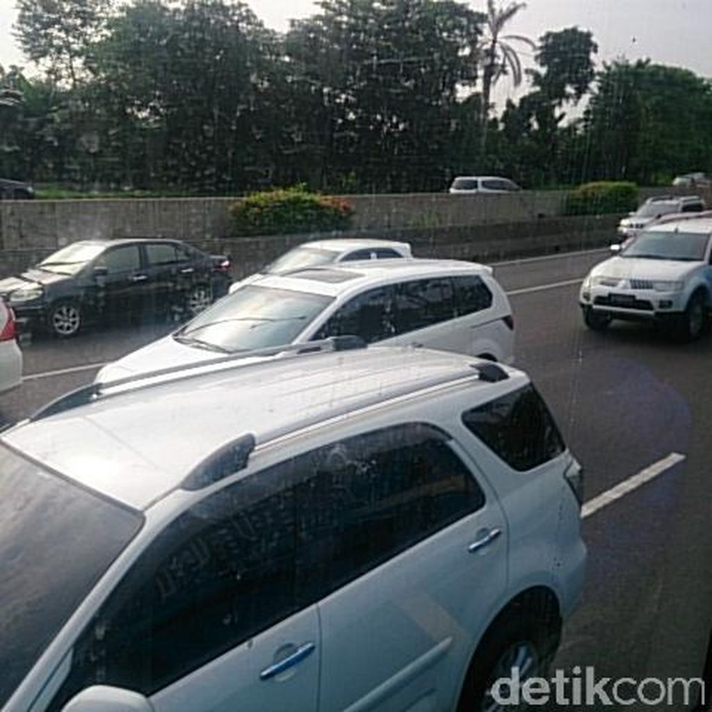 Lalu Lintas di Tol Cikampek Arah Jakarta Merayap, Ekor Macet Sampai Cikunir