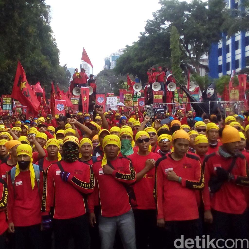 Ragam Massa Buruh Ramaikan Suasana Demo Depan Istana