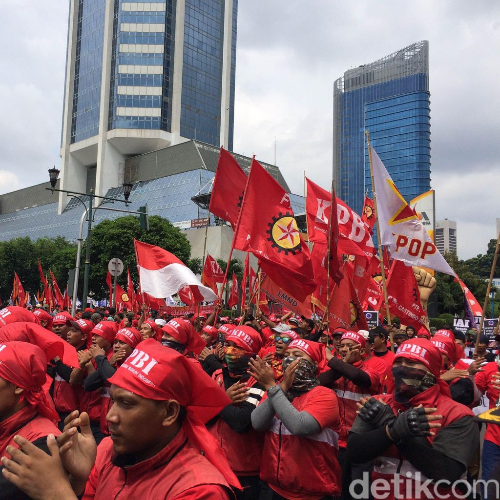 Ribuan Buruh Mulai Padati Bundaran HI, Situasi Kondusif