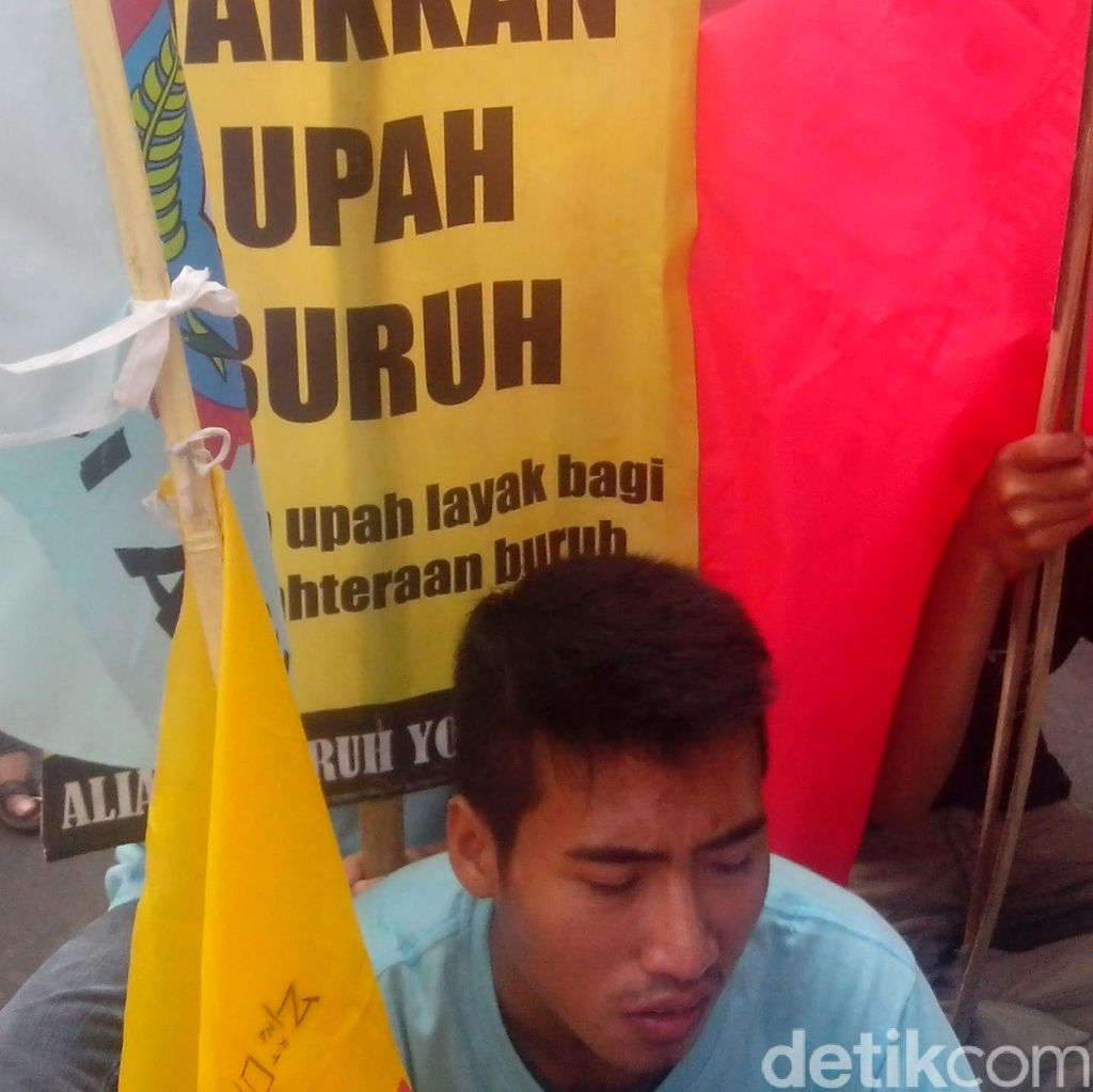 Buruh di Yogyakarta Berdemo di Malioboro