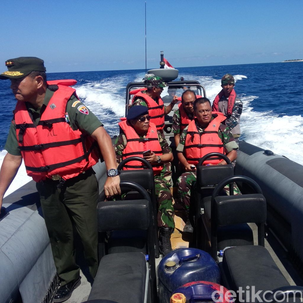 Kunjungi Pulau Terluar, Panglima Beri Bantuan Motor Roda 3 Hingga Speedboat