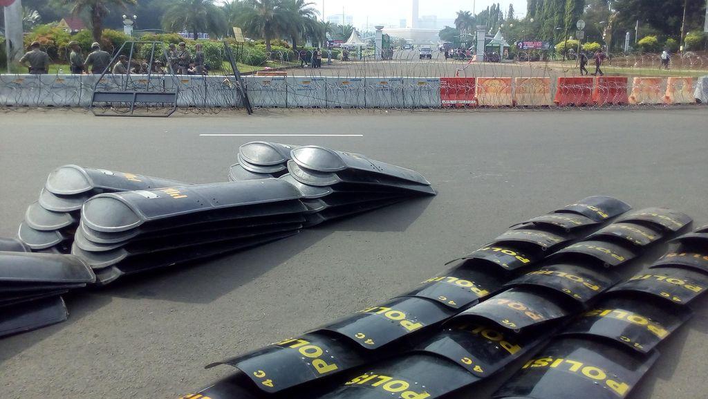 Kawat Berduri dan Polisi Bersiaga Amankan Aksi Buruh di Depan Istana