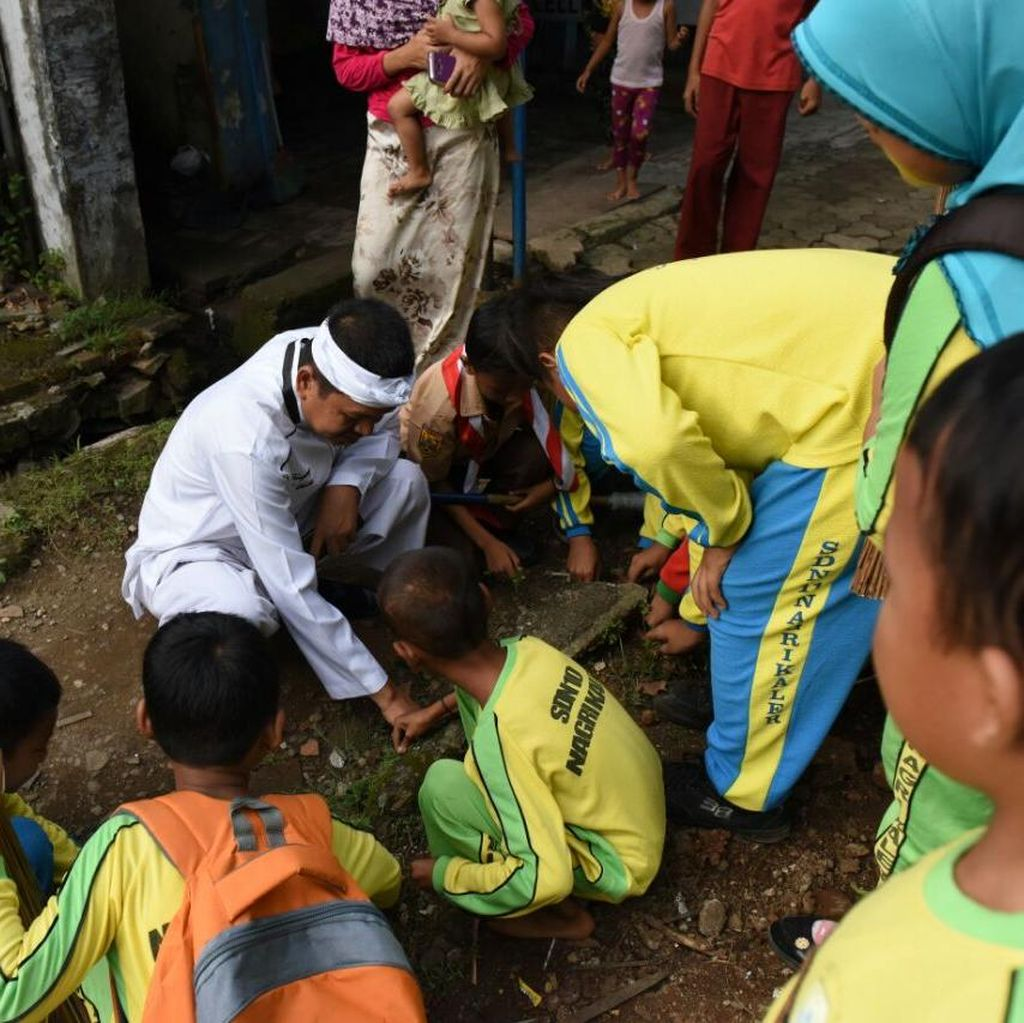 Hardiknas di Purwakarta, Bupati Dedi dan Pelajar Bersih-bersih Lingkungan