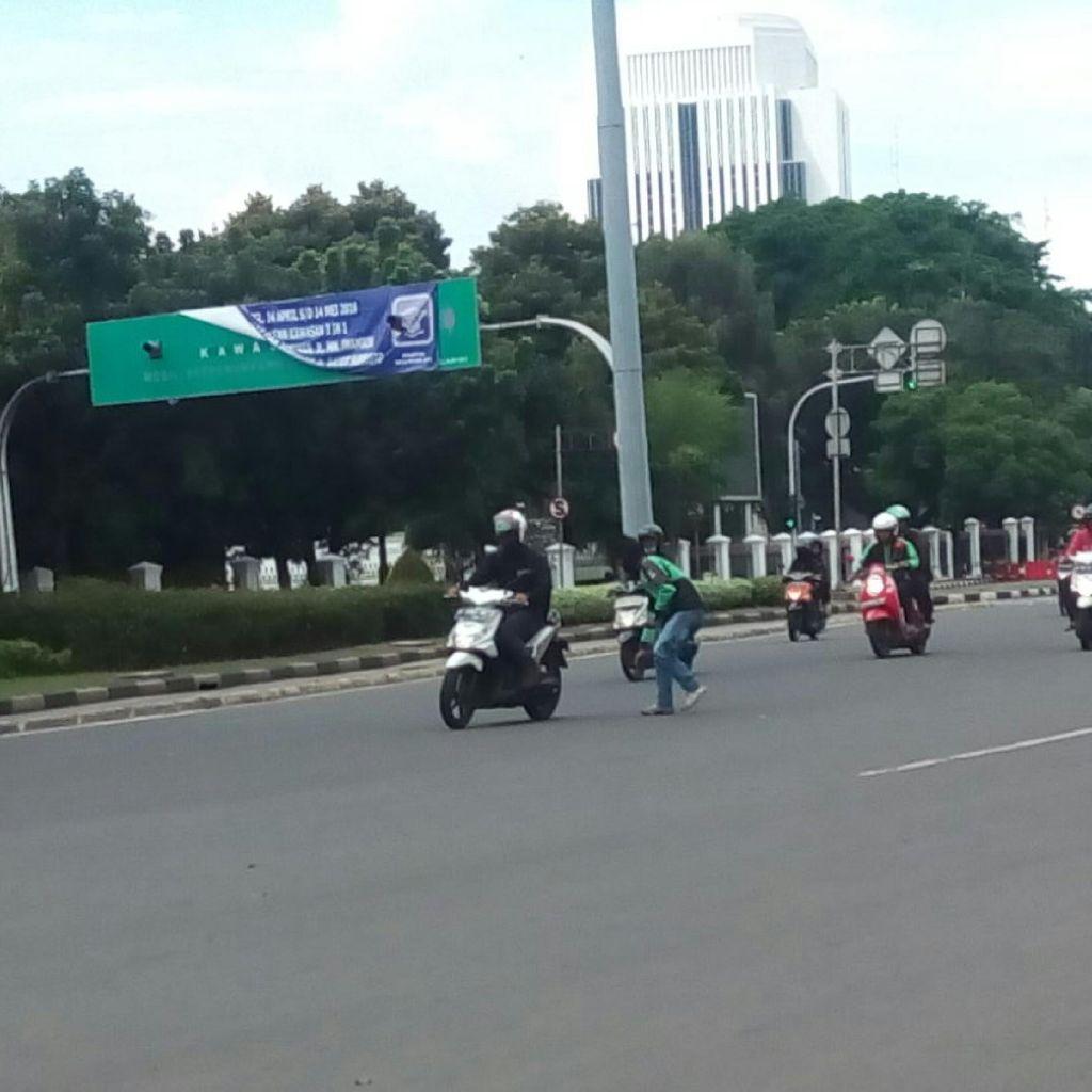 Top! Driver Go-Jek Ini Pungut Ranjau Paku di Tengah Jalan Dekat Istana