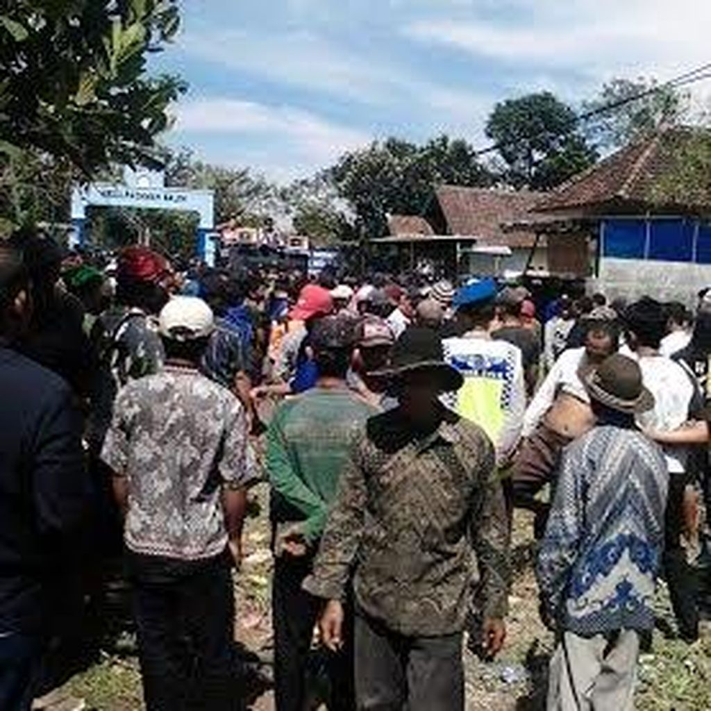 Warga Blokade Akses Masuk Pangkalan TNI AU Abdulrachman Saleh