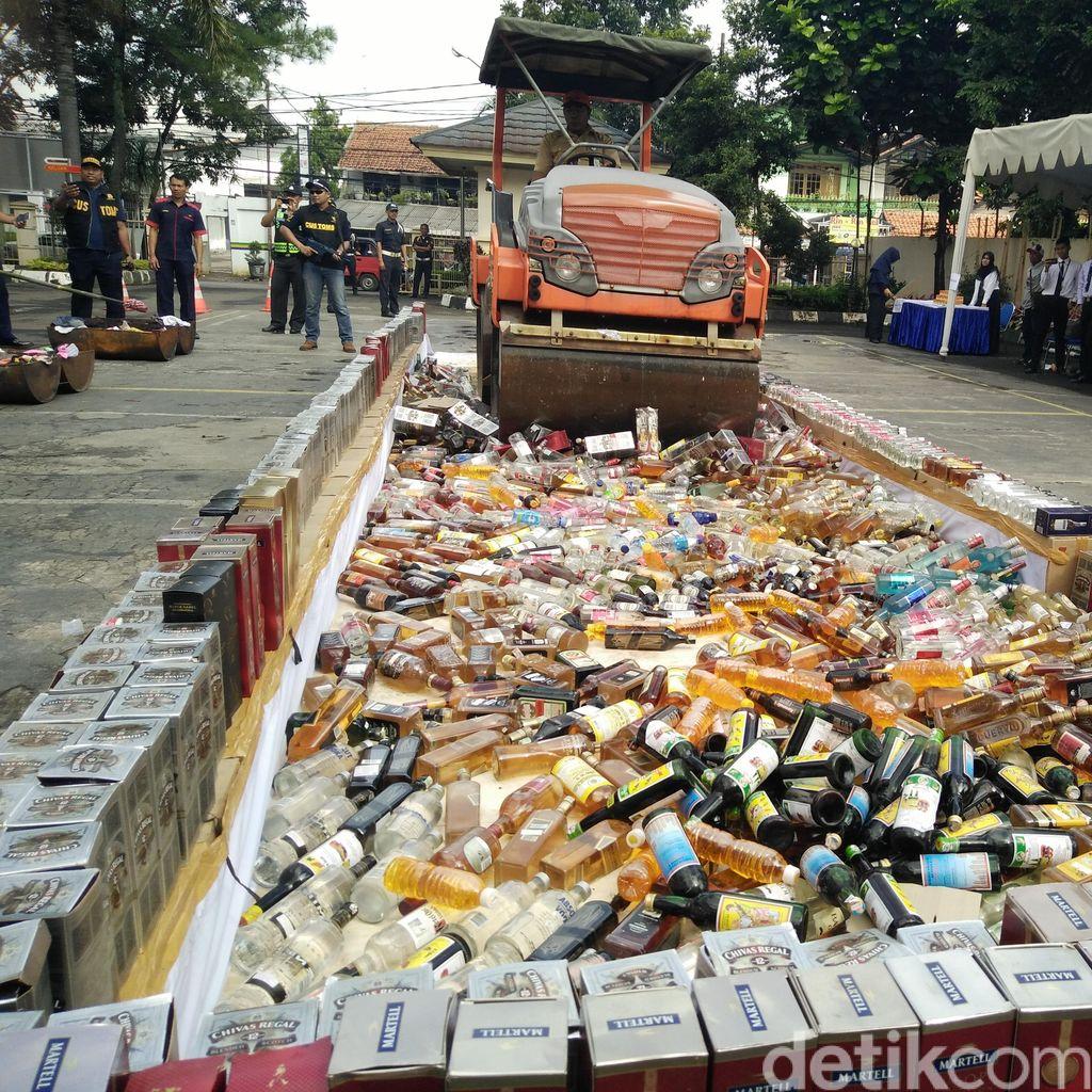 Polisi Sita Ratusan Botol Miras di Pondok Gede