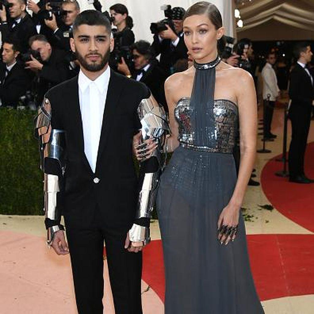 Temani Gigi Hadid di Red Carpet, Zayn Malik Pakai Lengan Besi Ala Robocop