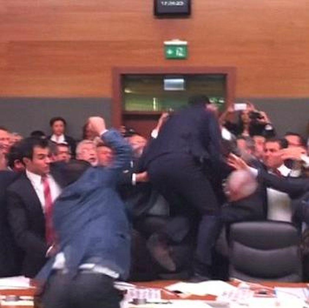 Rapat Ricuh, Anggota Parlemen Turki Saling Tendang dan Pukul