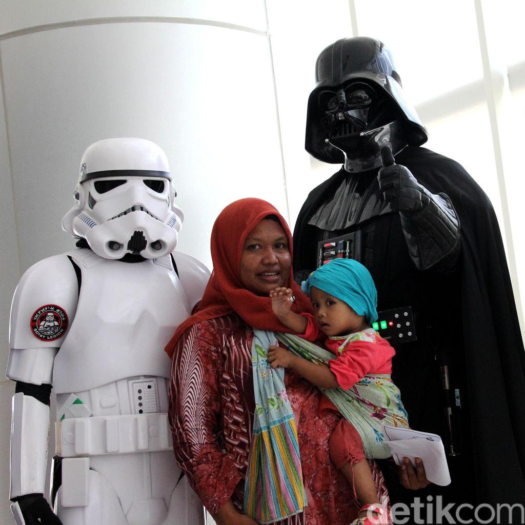 Darth Vader dan Stormtrooper Serbu Anak-anak di RSCM