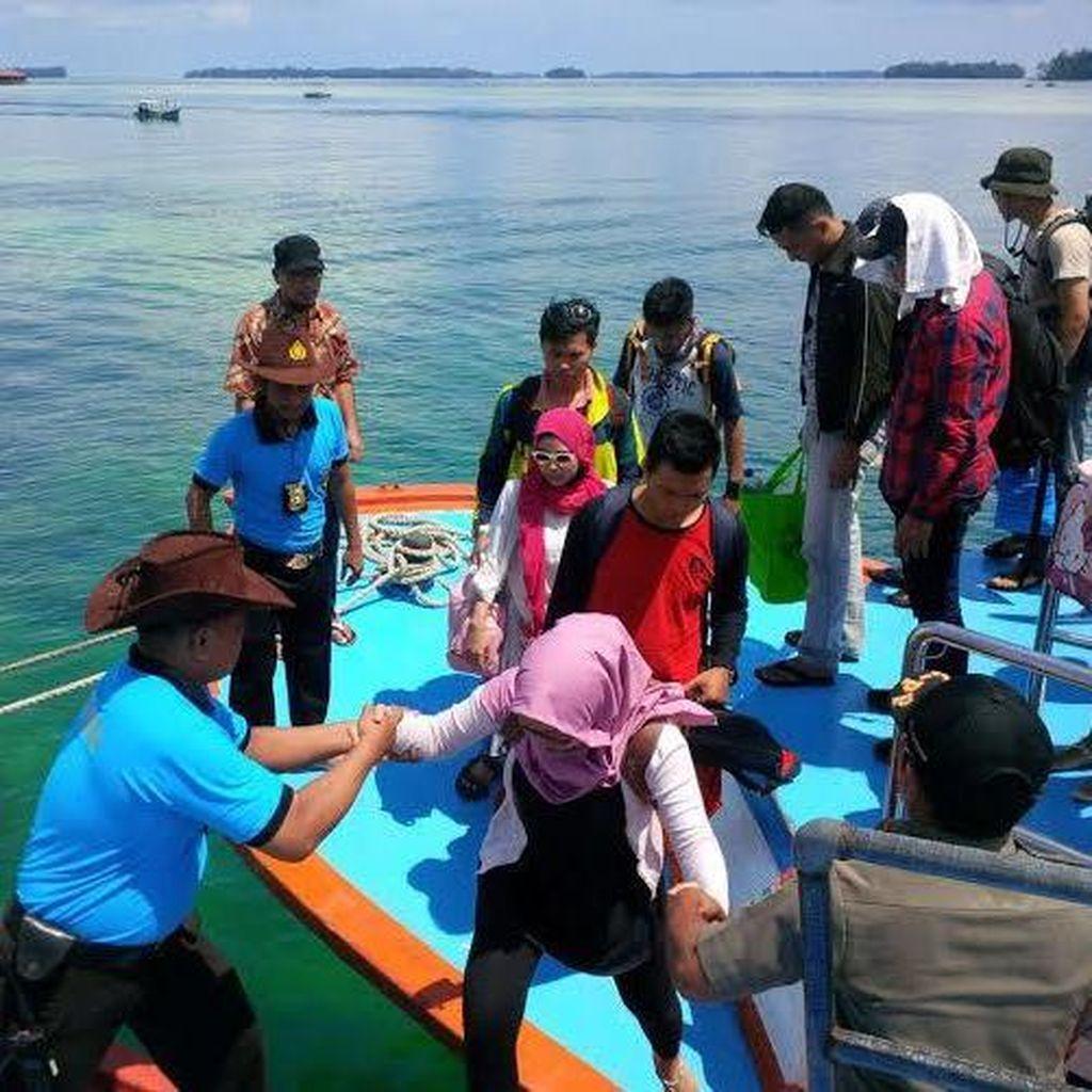Begini Gaya Santai Polisi Pantai Jaga Wisatawan di Kepulauan Seribu