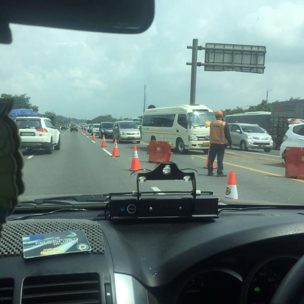 Macet Long Weekend, Polisi Berlakukan Contra Flow di KM 35-41 Tol Cikampek