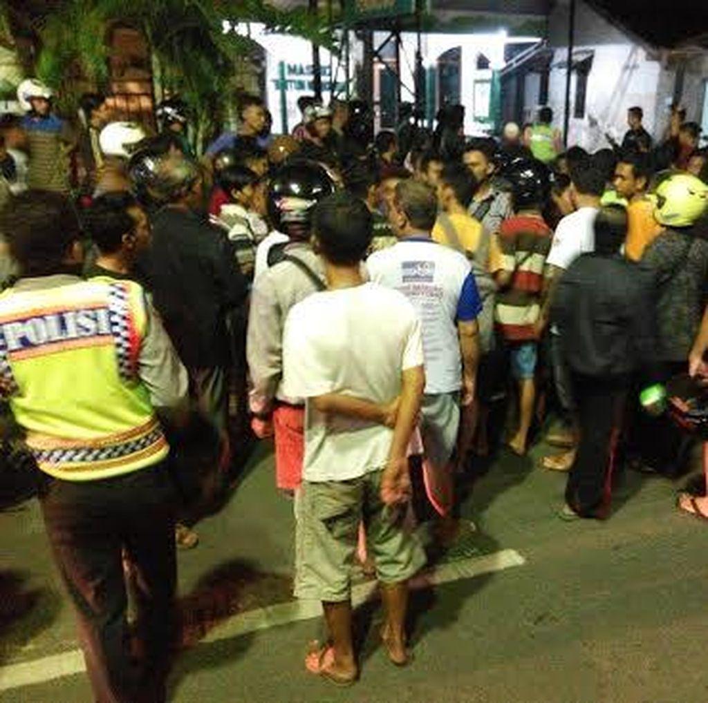 Warga Hajar Dua Kelompok Remaja yang Tawuran di Depan Warkop