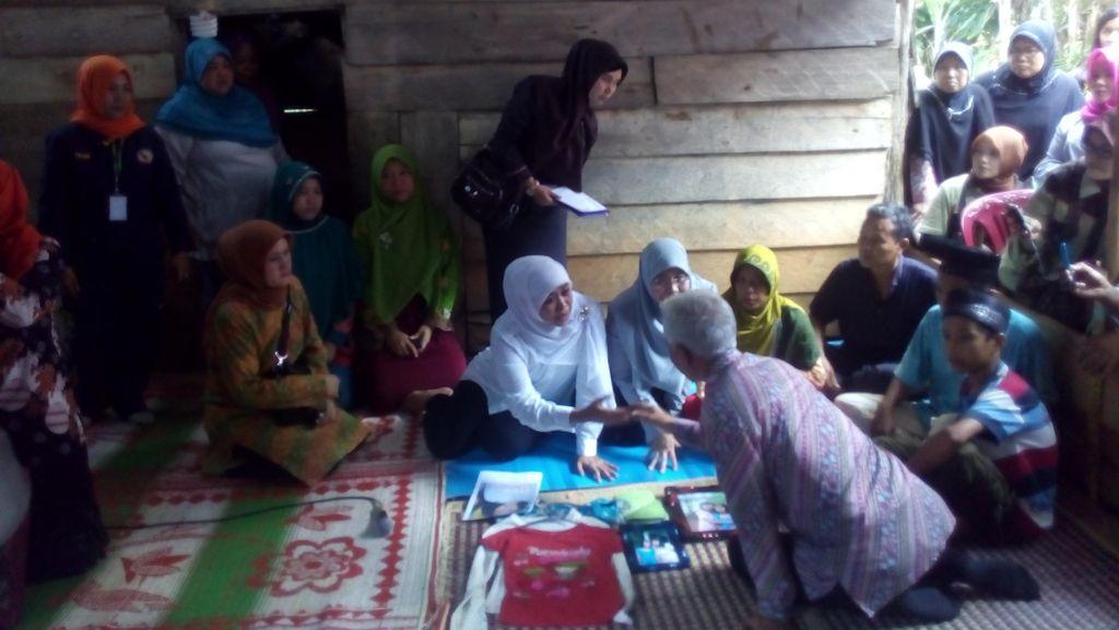 Mensos Beri Semangat Saudara Kembar Korban Perkosaan di Bengkulu