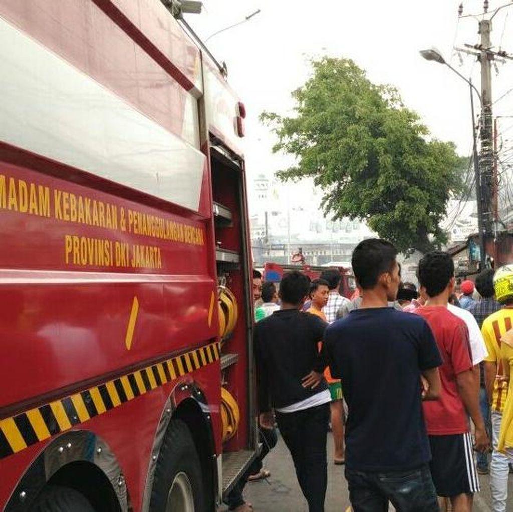 3 Toko Terbakar di Ciputat, 9 Mobil Pemadam Dikerahkan