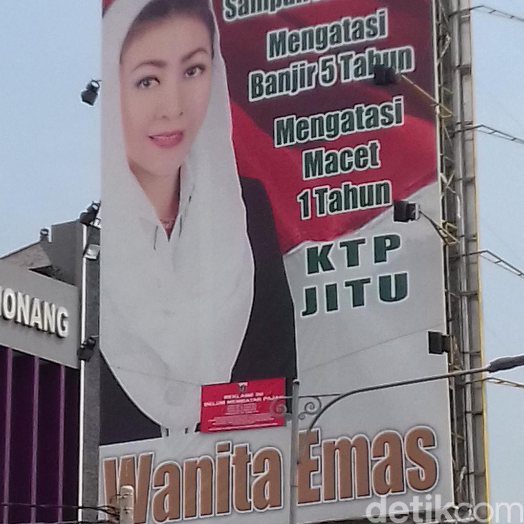 Belum Bayar Pajak, Reklame Wanita Emas di Buncit Disegel Pemprov DKI
