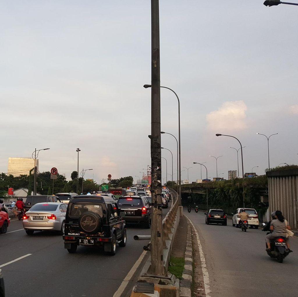 Macet Panjang di Cilandak Arah Pasar Rebo di Jalur Tol dan Arteri
