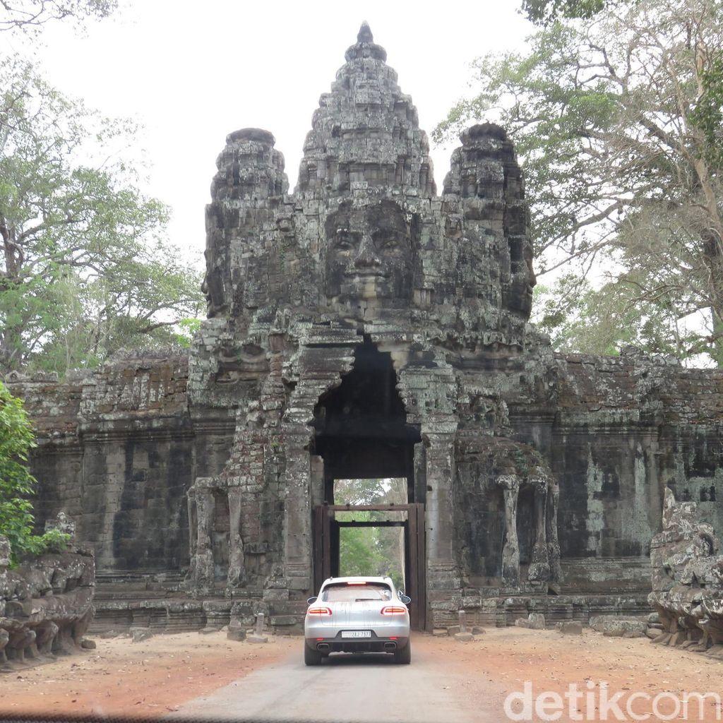 SUV Porsche Blusukan ke Pelosok Kamboja